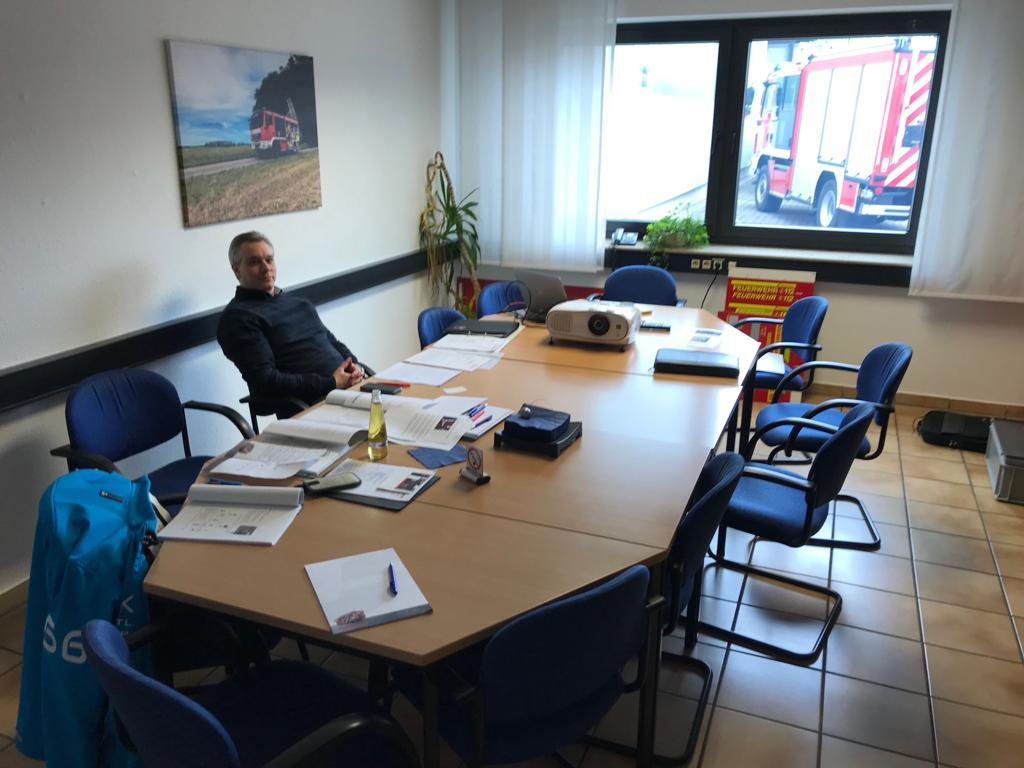 Ortsbrandmeister Andreas Lilienthal am Besprechungstisch der Firma Schlingmann